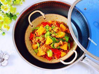 鸭腿烧双椒土豆,好吃又营养的鸭腿烧双椒土豆就出锅咯,下饭又下酒哟。