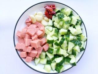 好吃到舔盘的黄瓜火腿丁,黄瓜洗净切小丁,火腿切丁,大蒜切薄片,干辣椒切段。