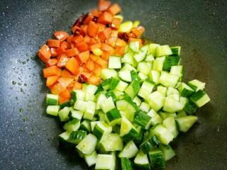 好吃到舔盘的黄瓜火腿丁,加黄瓜翻炒。