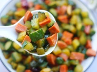 好吃到舔盘的黄瓜火腿丁,吃一口。