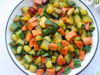 好吃到舔盘的黄瓜火腿丁,一家人都喜欢。