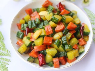 好吃到舔盘的黄瓜火腿丁,好吃到停不下来。