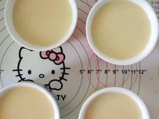 椰奶布丁,7、倒入布丁碗中,用纸巾吸掉气泡。