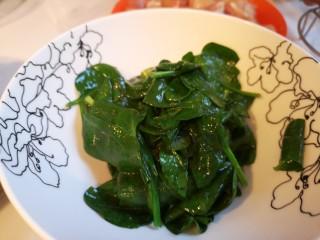 虾丸菠菜汤,烫两分钟,捞出控干水分。