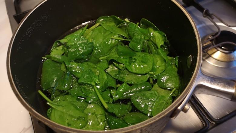 虾丸菠菜汤,水开之后,把菠菜放入水中。