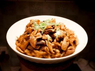 红烧鸡肉香菇,成品出锅。