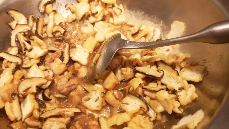红烧鸡肉香菇,国内稍微加一点点水。盖盖儿闷一会儿。