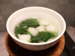 虾丸菠菜汤,加入盐,香油,就可以盛出来享用了。