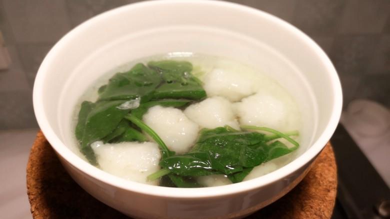 虾丸菠菜汤,加入盐,<a style='color:red;display:inline-block;' href='/shicai/ 847'>香油</a>,就可以盛出来享用了。