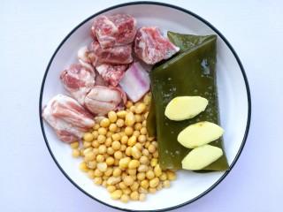 清甜浓郁的海带黄豆排骨汤,准备材料:黄豆、排骨、海带、盐、姜、料酒。