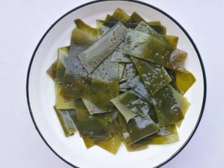 清甜浓郁的海带黄豆排骨汤,海带泡发洗净切片。