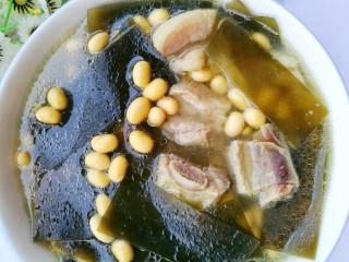 清甜浓郁的海带黄豆排骨汤,夏季记得常喝海带黄豆排骨汤哦。