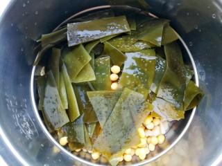 清甜浓郁的海带黄豆排骨汤,加海带。