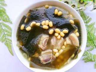 清甜浓郁的海带黄豆排骨汤,清甜浓郁、营养美味的海带黄豆排骨汤就炖好了。