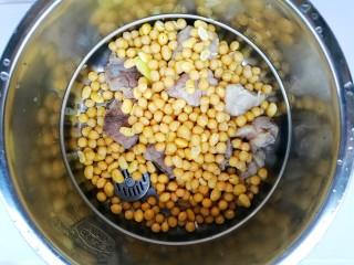 清甜浓郁的海带黄豆排骨汤,加入黄豆。