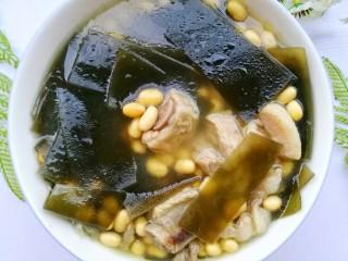 清甜浓郁的海带黄豆排骨汤,一家老小都可以喝。