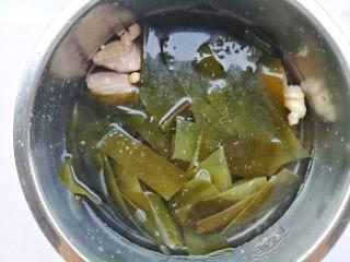 清甜浓郁的海带黄豆排骨汤,加入没过食材的水,开启煲汤模式。