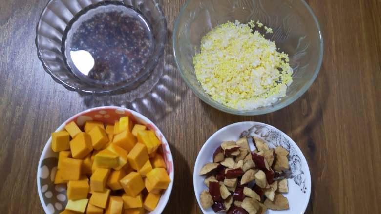 营养丰富+藜麦南瓜粥,南瓜洗净去皮切块,红枣去核切块,小米和大米洗净备用,三色藜麦洗净用水浸泡15分钟,也可以不浸泡直接下锅的。