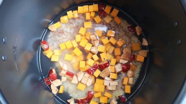 营养丰富+藜麦南瓜粥,加入清水,将高压锅盖盖好,大火煮开,小火压5分钟即可。
