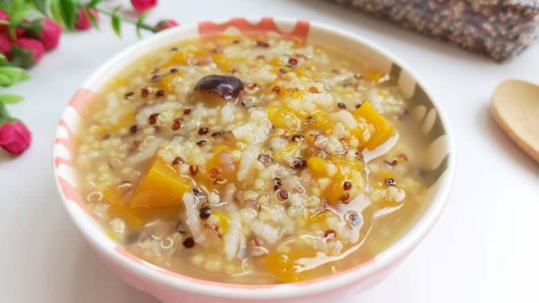 营养丰富+藜麦南瓜粥,藜麦的口感有些韧,但比较好吃,有着一种农作物特有的清香,南瓜软软的、糯糯的,红枣的清甜,大米和小米都已经开花了,非常好吃,而且营养也丰富。