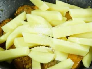 我发现土豆不管跟什么肉一起炖都特别香,加入土豆和适量白糖炒匀。