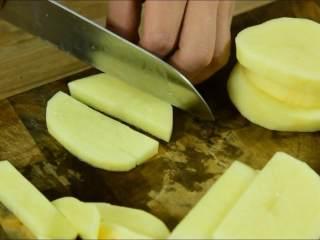 我发现土豆不管跟什么肉一起炖都特别香,土豆切长条备用。