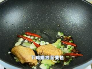 我发现土豆不管跟什么肉一起炖都特别香,下鸡翅炒至变色。