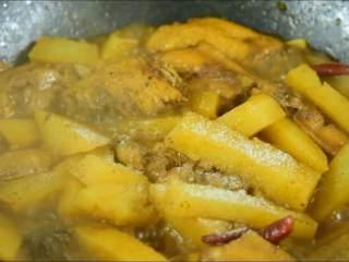 我发现土豆不管跟什么肉一起炖都特别香,出锅前加少许盐调味即可。