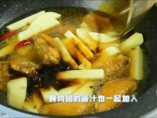 我发现土豆不管跟什么肉一起炖都特别香,腌鸡翅的酱汁也一起加入。