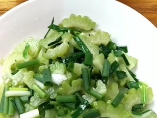 清炒苦瓜,这道优秀的菜肴夏天必吃,啦啦啦,出锅,尽情享受美食吧!