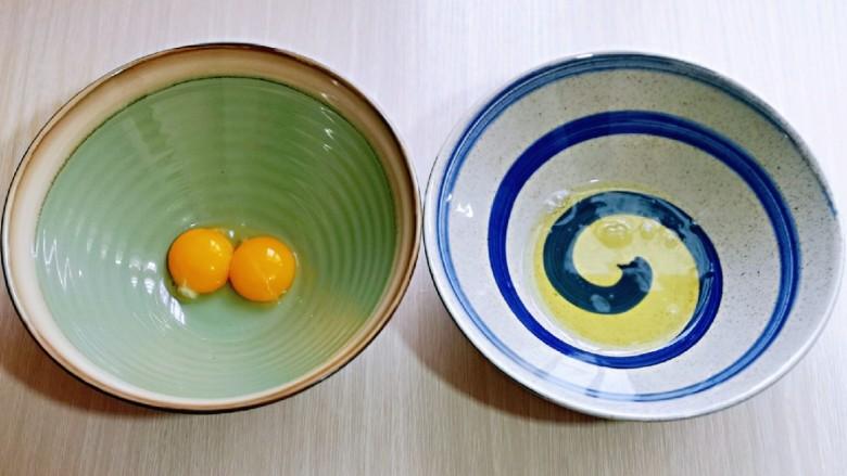无油低脂~奶香松饼,将蛋白与蛋黄分别在无油无水的器具中。