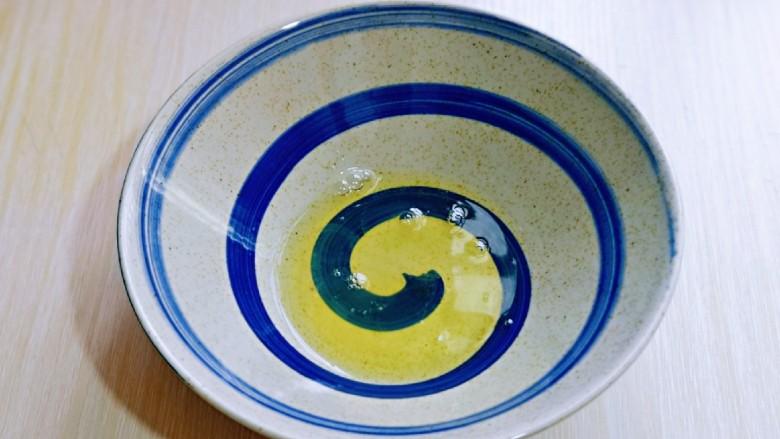 无油低脂~奶香松饼,蛋白中滴入几滴白醋或柠檬汁,