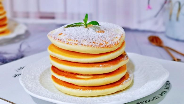 无油低脂~奶香松饼,好吃又好看的早餐,简单易学,营养美味。一杯牛奶或咖啡,快手早餐,能量满满一整天。
