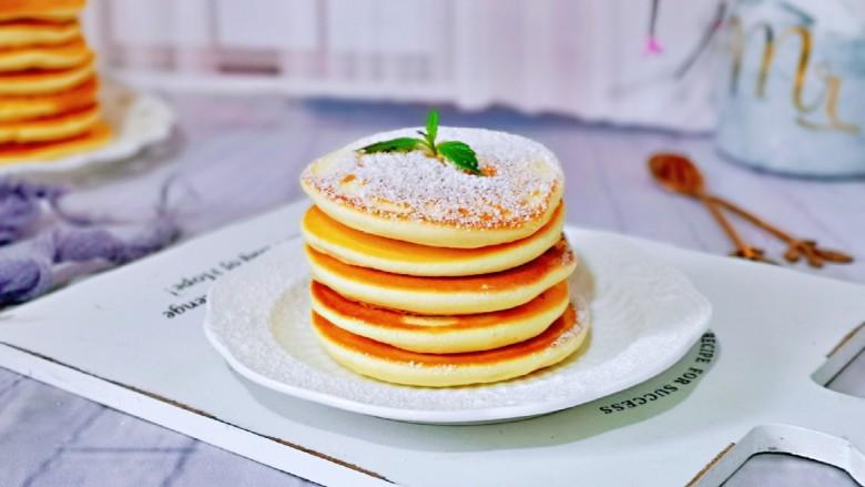 无油低脂~奶香松饼,筛上一层糖霜即可食用。