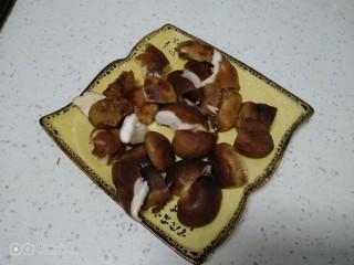 鸡腿炖香菇、蛏子,香菇洗净用手撕成朵。