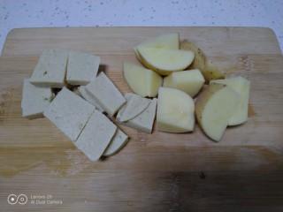 鸡腿炖香菇、蛏子,豆腐切块、土豆切滚刀块。