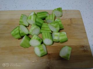 鸡腿炖香菇、蛏子,丝瓜去皮切滚刀块,丝瓜放锅前再切,避免氧化变黑。