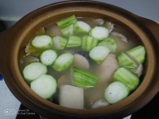 鸡腿炖香菇、蛏子,放入丝瓜煮3分钟。