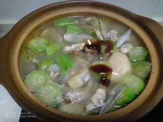 鸡腿炖香菇、蛏子,煮3分钟,放入耗油、鸡精。