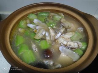 鸡腿炖香菇、蛏子,搅拌均匀。