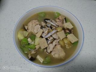 鸡腿炖香菇、蛏子,盛入碗里。