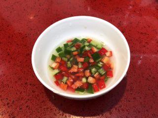 泰式青柠蒸鱼∣鲜嫩口感酸甜开胃,青椒红椒丁倒入青柠汁。