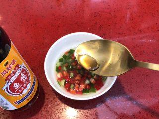 泰式青柠蒸鱼∣鲜嫩口感酸甜开胃,倒入2调羹鱼露。