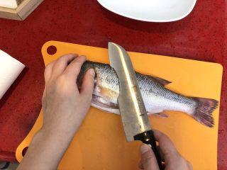 泰式青柠蒸鱼∣鲜嫩口感酸甜开胃,鱼身两侧各斜切3刀。