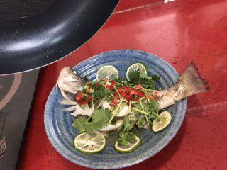 泰式青柠蒸鱼∣鲜嫩口感酸甜开胃,鱼身淋上热油。