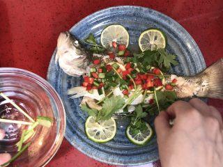泰式青柠蒸鱼∣鲜嫩口感酸甜开胃,放上香菜。