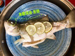 泰式青柠蒸鱼∣鲜嫩口感酸甜开胃,鱼眼突出就说明熟了,1斤左右的鱼大概7分钟左右,取出盘,把多余的汤汁倒掉(如果不倒掉汤汁会比较腥)。