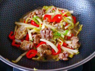 鸡胗爆炒大白菜,大火把所有的食材,翻炒均匀即可关火。