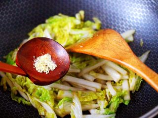 鸡胗爆炒大白菜,再加入鸡精增加口感。