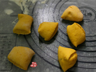 小南瓜馒头,将发酵过后的面团充分揉一两遍,进行排气,再分割成若干个面剂子;